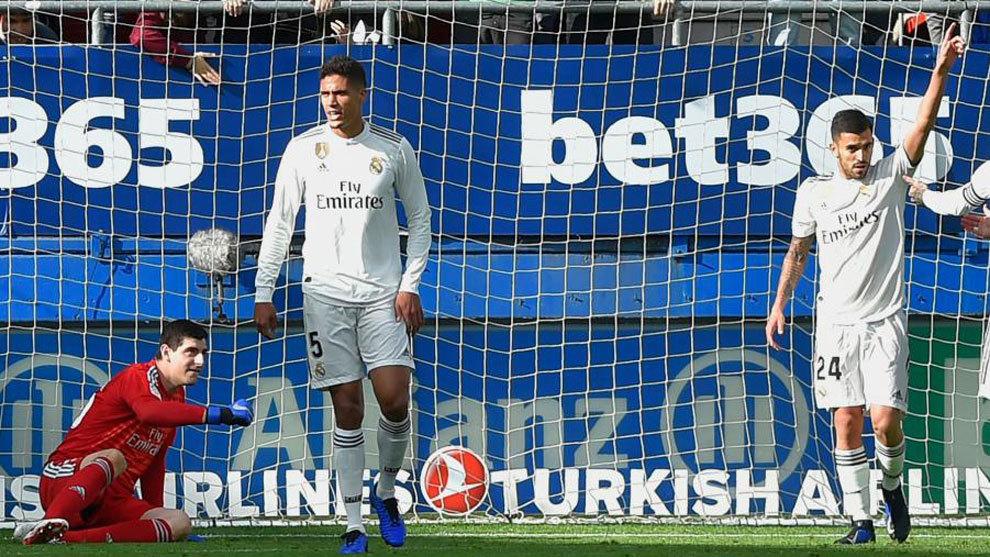 Raphaël Varane, tras uno de los tres goles encajados por su equipo el...