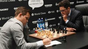 Magnus Carlsen y Fabiano Caruana, en la undécima partida del Mundial...