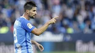 Adrián señala durante un partido del Málaga en La Rosaleda