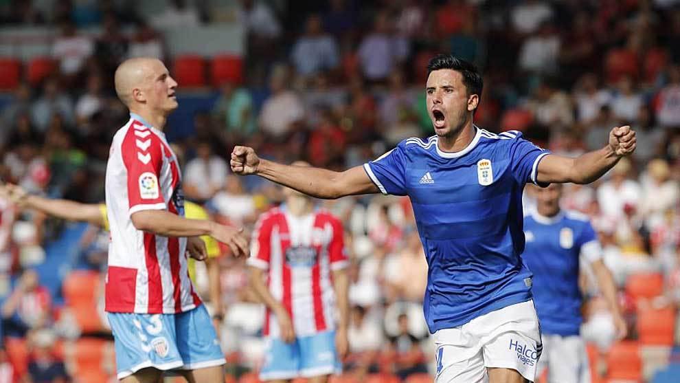 Javi Muñoz celebra el segundo gol del Oviedo en el Anxo Carro