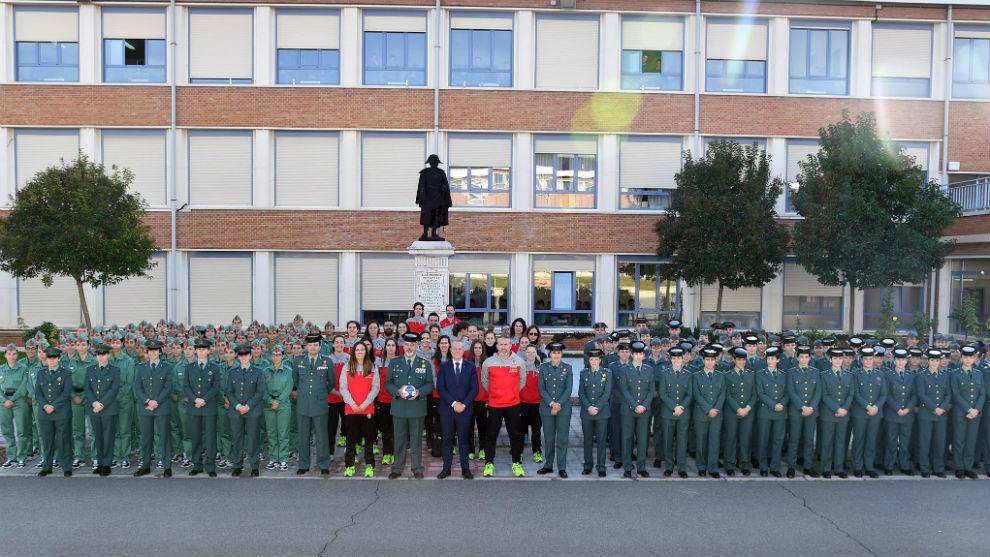 El equipo nacional, con un grupo de estudiantes del Colegio de...