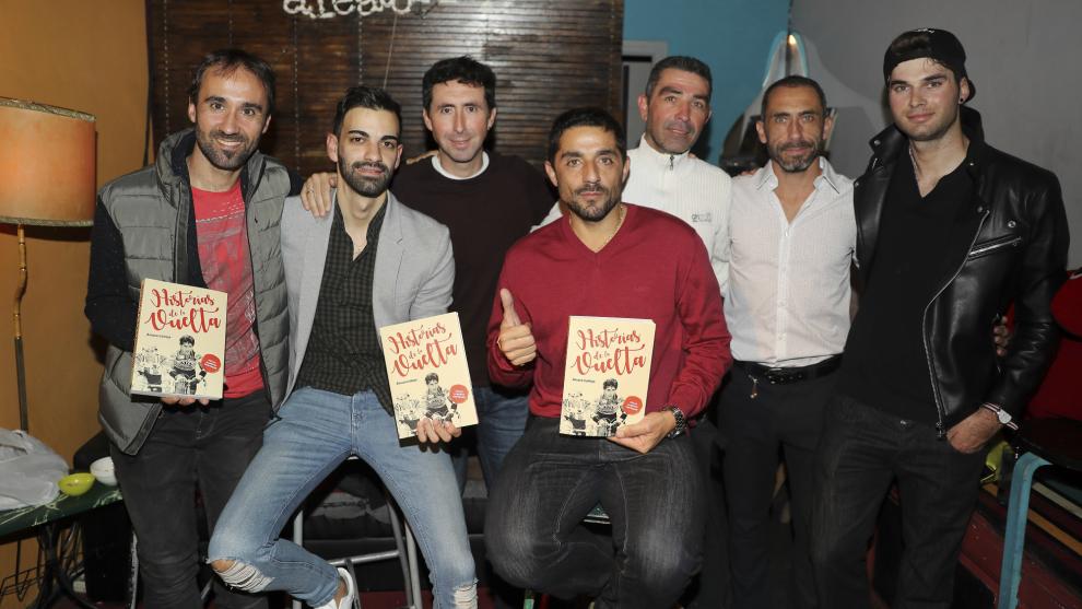 Carlos Barredo y Joseba Beloki, por la izquierda, rodean al autor del...