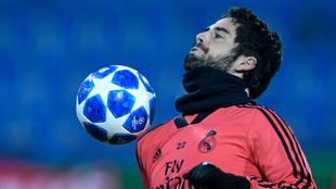 Isco controla un balón en un entrenamiento