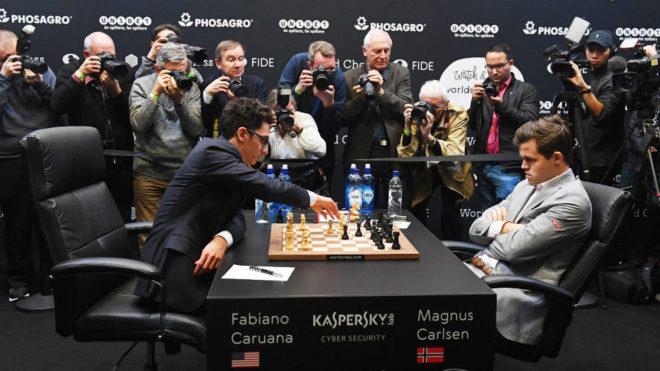 Magnus Carlsen y Fabiano Caruana, durante una partida del Campeonato...
