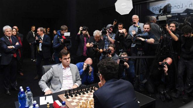 Carlsen y Caruana, durante una partida