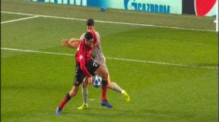 Fellaini se acomoda el balón con la mano en el gol del Manchester al...
