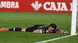 Diego Mariño, en el suelo tras una acción del Granada-Sporting