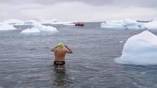 El nadador canario adentrándose en el agua helada en torno a la Isla...