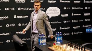 Carlsen se dirige a la mesa para iniciar una partida