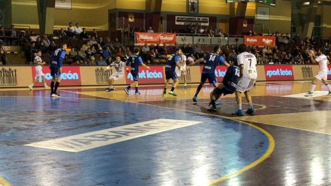 Un momento del partido entre el Ademar y el Cangas