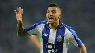 Tecatito Corona festeja su gol ante el Schalke 04