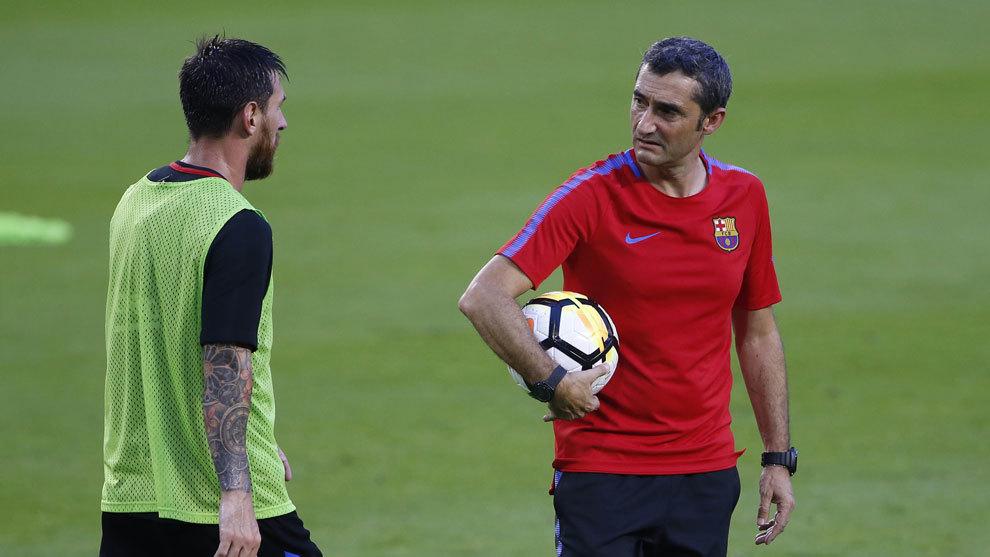 Messi y Valverde charlan durante un entrenamiento.