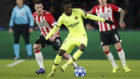 Dembélé progresa con un balón frente al PSV.