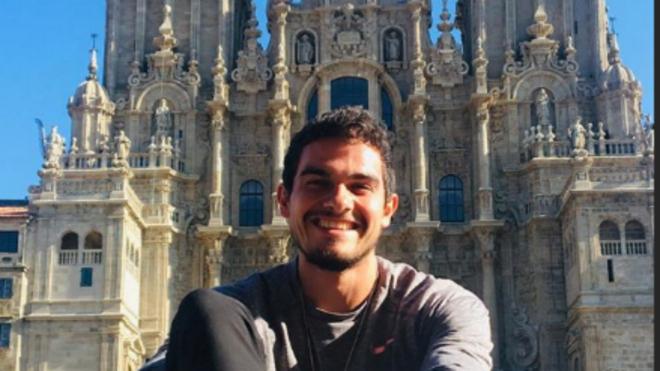 Bruno Hortelano, delante de la Catedral de Santiago, al final de su...
