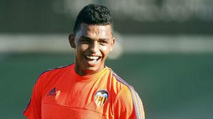 Aderllan Santos sonríe durante un entrenamiento con el Valencia.