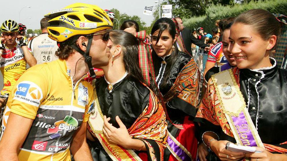 Valverde, de líder en 2006, felicitado por reina y damas de las...