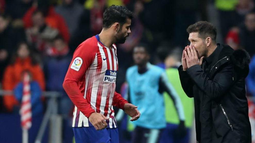 Diego Costa, atendiendo a las indicaciones de Simeone durante un...