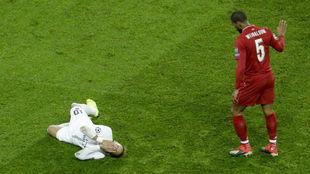 Neymar se duele en el suelo junto a Neymar.