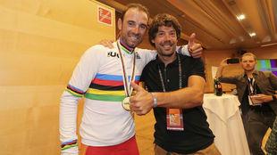 Óscar Freire, con Alejandro Valverde tras la conquista del oro de...