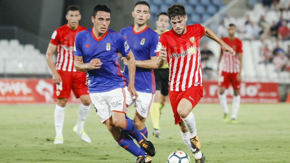 Ramón Folch y Pozo luchan por un balón durante un partido