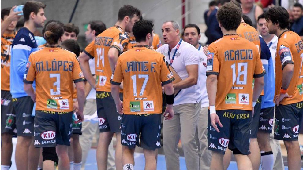Guijosa da instrucciones a sus jugadores en el partido ante el Dinamo...