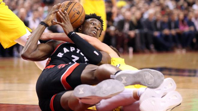 Leonard anota 37 y Raptors vencen a Warriors en tiempo extra
