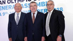 De izquierda a derecha, Janez Kocijancic, Thomas Bach y Alejandro...