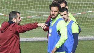 Diego Martínez da indicaciones  a sus jugadores en un entrenamiento...
