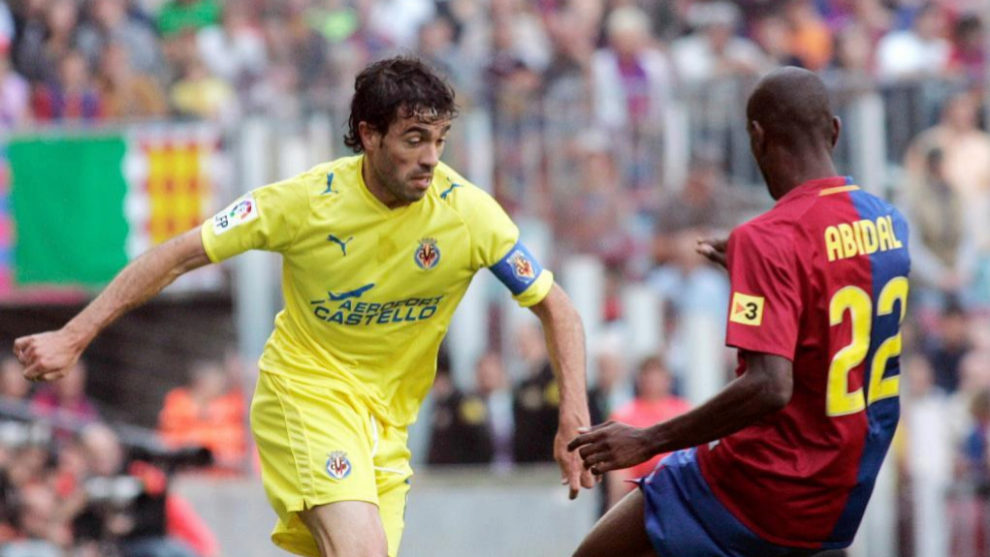 Javi Venta ante Abidal en uno de los encuentros ante el Barça.