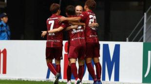 Iniesta celebra el gol con sus compañeros