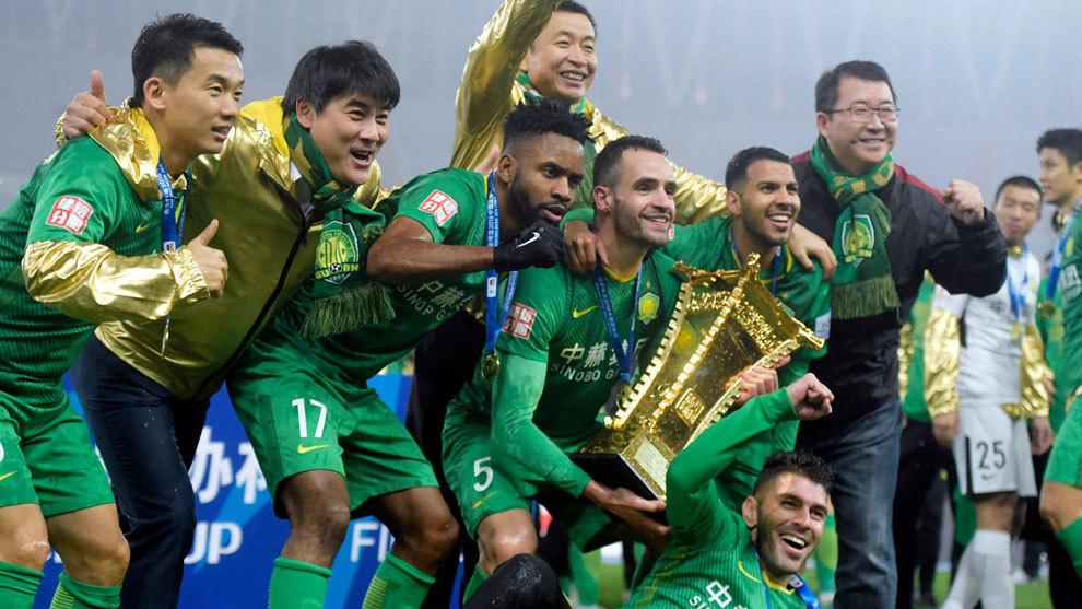 Los jugadores del Beijing Guoan celebran la Copa de China.