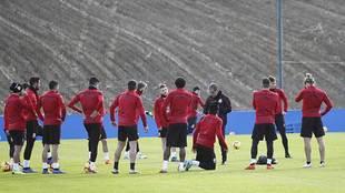 Natxo González se dirige a sus jugadores durante un entrenamiento de...