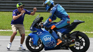 Valentino Rossi felicita a Luca Marini tras ganar en Sepang.