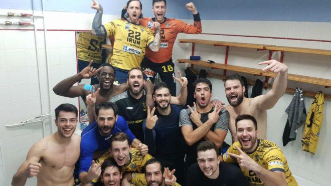 Los jugadores del Bidasoa celebran la victoria en la pista del...