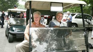 George Bush junto a Bill Clinton.