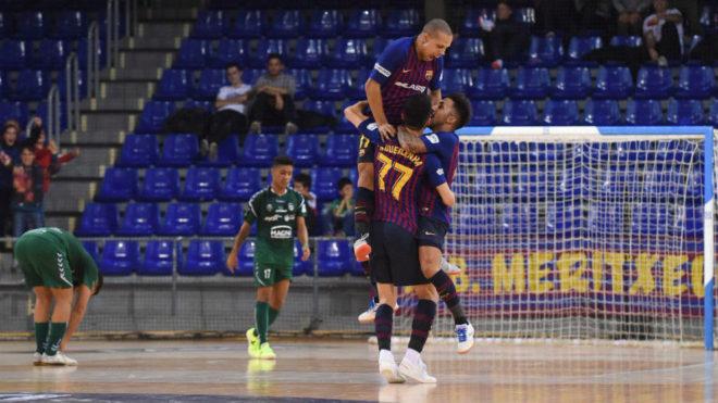 Los jugadores del Barça Lassa celebran el gol de la victoria ante...