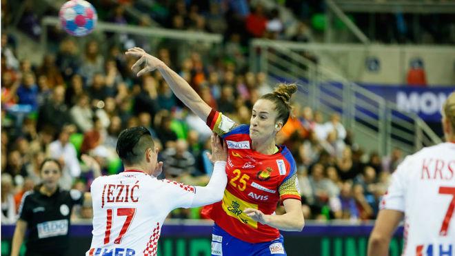 Nerea Pena lanza en apoyo por encima de la defensa croata /