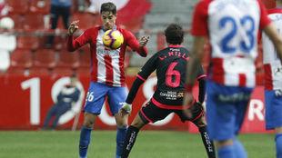 Cordero intenta llevarse el balón ante Luis Milla