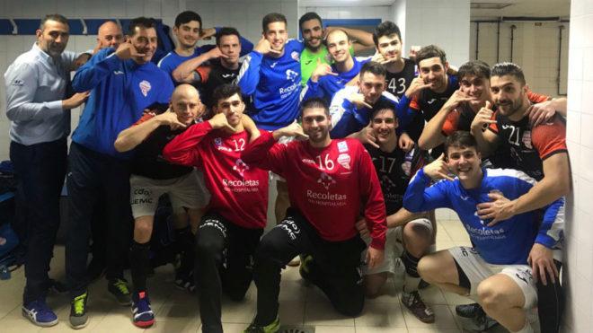La plantilla del Atlético Valladolid celebra la victoria en la pista...