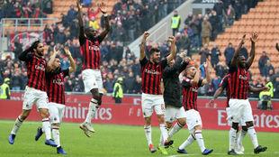 Los jugadores del Milan celebran el triunfo final