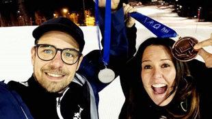 Astrid Fina y su entrenador Albert Mallol posan con la plata y el...