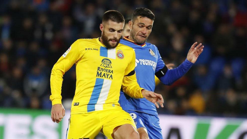 David López pelea por un balón contra el Getafe.