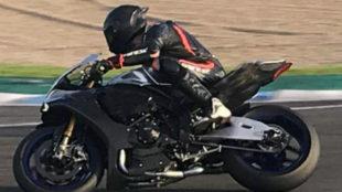 Lewis Hamilton con una R1 del WSKB