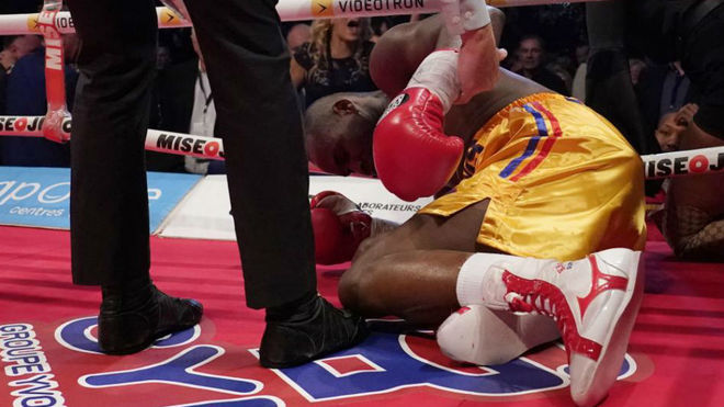 Adonis (41) tumbado tras el KO.