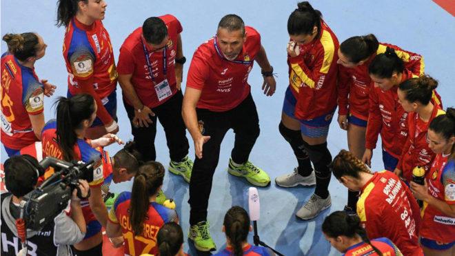 Carlos Viver, dando instrucciones a las 'Guerreras' ante Croacia en el...