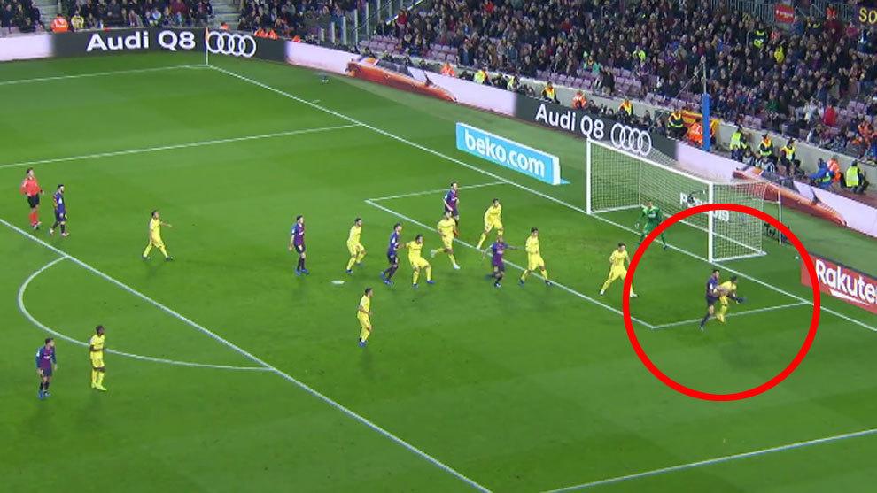 Varios jugadores del Villarreal levantaron la mano tímidamente reclamando  fuera de juego de Dembélé antes de su segundo centro 2949e61ff6b43
