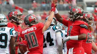 Jameis Winston y Adam Humphries festejan un touchdown ante Carolina.