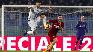 Icardi controla un balón ante Manolas