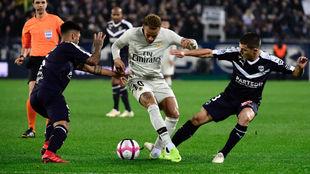 Neymar pelea el balón ante la oposición de los defensores del...