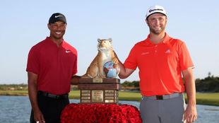 Jon Rahm (24) junto a Tiger (42), con el trofeo que le acredita como...